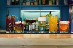 Cócteles creativos del alcohol en barra del club de noche Fotografía de archivo