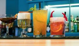 Cócteles creativos del alcohol en barra del club de noche Imagen de archivo