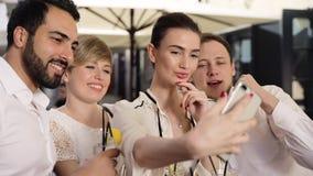 Cócteles de la gente y de la fabricación en el teléfono foto de consumición al aire libre metrajes
