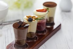 Cócteles del alcohol de la crema del chocolate dulce en una tabla foto de archivo libre de regalías