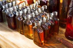 Cócteles del alcohol, tiros en botellas de consumición Fotografía de archivo