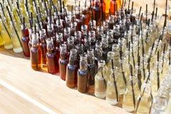 Cócteles del alcohol, tiros en botellas de consumición Foto de archivo