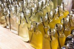 Cócteles del alcohol, tiros en botellas de consumición Imagenes de archivo