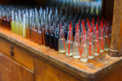 Cócteles del alcohol, tiros en botellas de consumición Foto de archivo libre de regalías