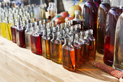 Cócteles del alcohol, tiros en botellas de consumición Imagen de archivo libre de regalías