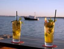 Cócteles del Sundowner con el barco borroso fotografía de archivo