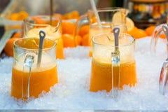 Cócteles dulces deliciosos y frutas frescas en la tienda con el takeaway Imagen de archivo