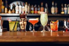 Cócteles en barra Bebidas en contador Foto de archivo