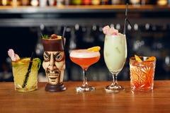 Cócteles en barra Bebidas en contador Imagen de archivo libre de regalías