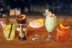 Cócteles en barra Bebidas en contador Imágenes de archivo libres de regalías