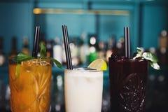 Cócteles exóticos creativos del alcohol en barra del club de noche Foto de archivo libre de regalías