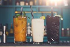 Cócteles exóticos creativos del alcohol en barra del club de noche Imagenes de archivo