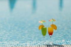 Cócteles por la piscina Imágenes de archivo libres de regalías