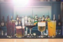 Cócteles sin alcohol creativos en barra del club de noche Imagen de archivo