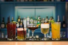 Cócteles sin alcohol creativos en barra del club de noche Fotografía de archivo libre de regalías