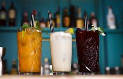 Cócteles sin alcohol exóticos creativos en barra del club de noche Foto de archivo