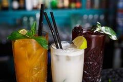 Cócteles sin alcohol exóticos creativos en barra del club de noche Fotos de archivo