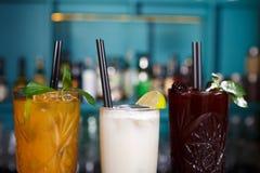 Cócteles sin alcohol exóticos creativos en barra del club de noche Imagen de archivo