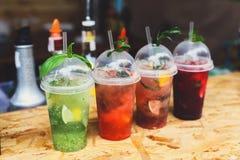 Cócteles sin alcohol exóticos creativos en barra del club de noche Imagen de archivo libre de regalías