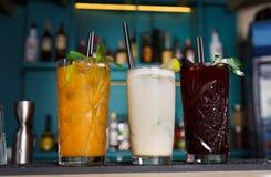 Cócteles sin alcohol exóticos creativos en barra del club de noche Foto de archivo libre de regalías