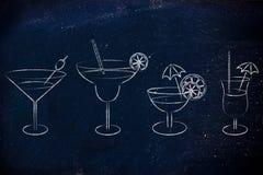 Cócteles y vidrios dibujados mano de la bebida Imagenes de archivo