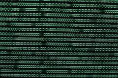 Código binario en verde en TFT con el virus en él fotos de archivo libres de regalías