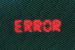 Código binario en verde en TFT con error en él fotos de archivo libres de regalías