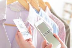 Código de barras da exploração da mulher com telefone celular Foto de Stock
