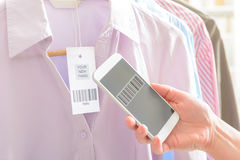 Código de barras da exploração da mulher com telefone celular Fotos de Stock Royalty Free