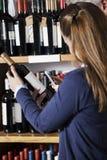 Código de barras da exploração dos pares na garrafa de vinho com Smartphone Fotos de Stock