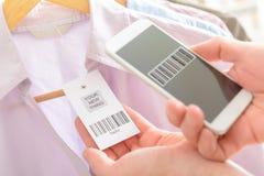 Código de barras de la exploración de la mujer con el teléfono móvil Imágenes de archivo libres de regalías