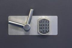 Código de cerradura seguro de Digitaces en una caja fuerte foto de archivo