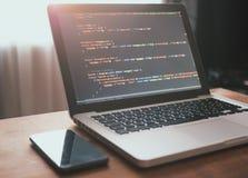 Código de computador em tornar-se da Web do portátil fotografia de stock