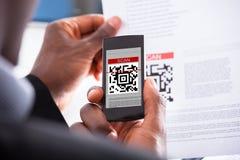 Código de exploración del hombre de negocios Imágenes de archivo libres de regalías