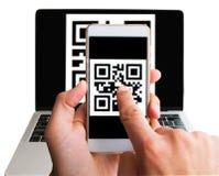 Código de exploración del ordenador portátil usando el teléfono, cierre del qr para arriba Aislado en blanco Compra cashless de I foto de archivo
