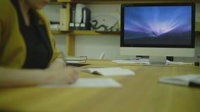 Código de la escritura de la mujer para Ux en el papel view2 almacen de metraje de vídeo