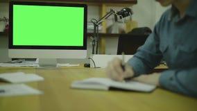 Código de la escritura del hombre para Ux en el papel view3 pantalla almacen de video