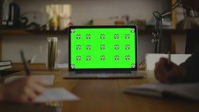 Código de la escritura en el papel view1 Pantalla para la mofa para arriba almacen de metraje de vídeo