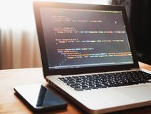 Código de ordenador en convertirse del web del ordenador portátil fotos de archivo