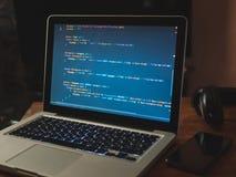Código de ordenador en convertirse del web del ordenador portátil fotografía de archivo libre de regalías