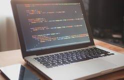 Código de ordenador en el ordenador portátil (el convertirse de la web foto de archivo