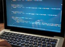 Código de ordenador en el primer que se convierte del web del ordenador portátil imagen de archivo libre de regalías