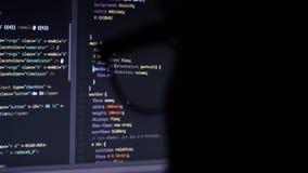 Código de pantalla de ordenador a través de los vidrios almacen de video