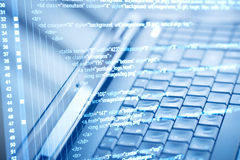 Código de programa y teclado de ordenador foto de archivo