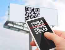 Código de QR en Smartphone Imágenes de archivo libres de regalías