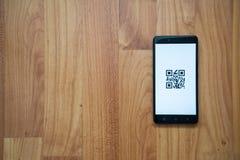 Código de Qr en smartphone Imagenes de archivo