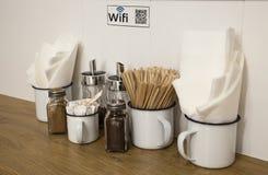 Código de Wifi na imagem do qr em um canto do café imagens de stock royalty free