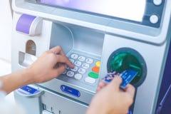 Código del presionado a mano PIN/pass del ` s de la mujer en telclado numérico de la máquina de ATM/bank Fotos de archivo