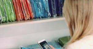 Código del qr de la exploración de las compras de la mujer con smartphone almacen de video