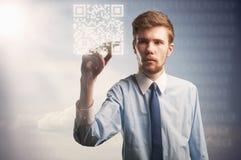 Código do qr da pintura do homem de negócios Fotos de Stock Royalty Free